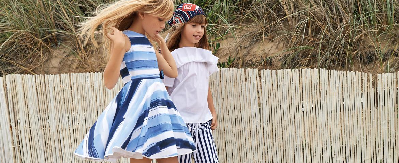 Le sfumature marine tingono l'abbigliamento cerimonia bambina